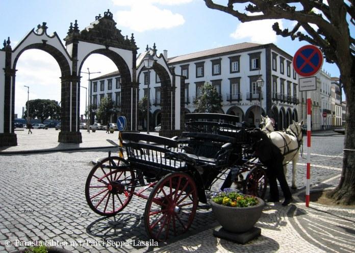 Hevoskärryt odottelevat kyytiläisiä Ponta Delgadan kaupungin portin edustalla.