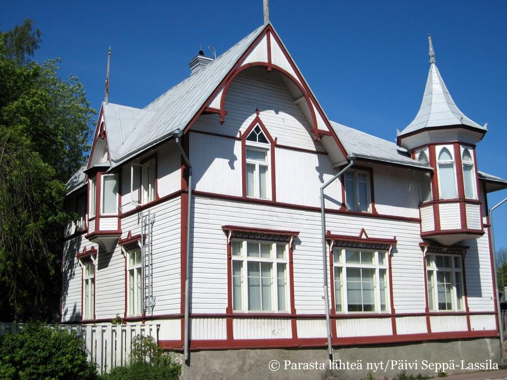 Tämä komea puutalo sijaitsee osoitteessa Ålandsvägen 48.