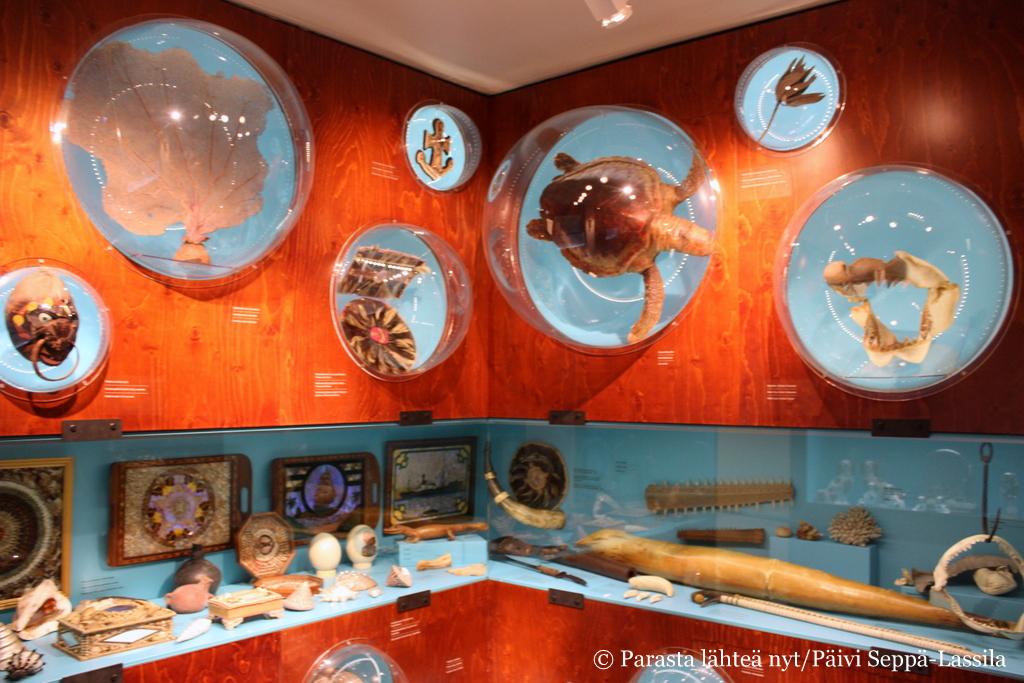 Kuriositeettien kabinetti sisältää merimiesten tuomia matkamuistoja ympäri maailmaa.