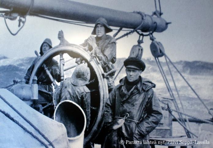 Isokokoinen valokuva merimiehistä toivottaa tervetulleeksi museoon.
