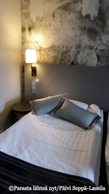 Scandic Park -hotellin uudistettu huone tarjoaa harmonista silmäniloa.