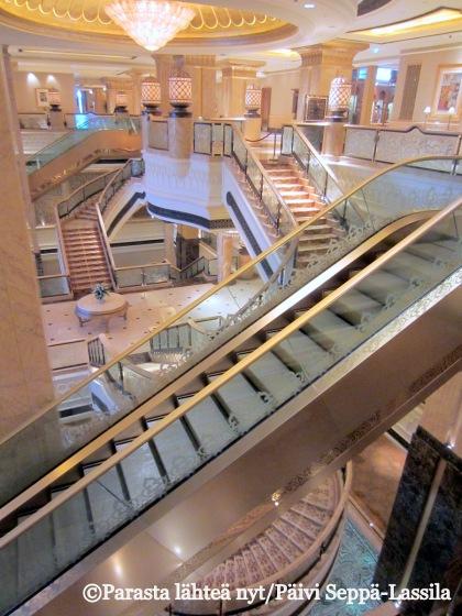 Portaikkoja Emirates Palace -hotellissa Abu Dhabissa, Arabiemiraateissa.