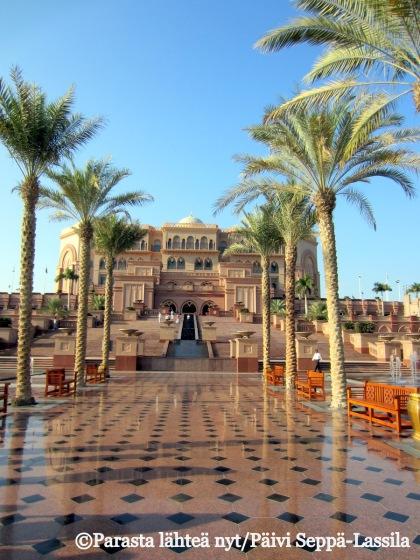 Palmukuja reunustaa matkaa kohti Emirates Palace -hotellia Abu Dhabissa, Arabiemiraateissa.