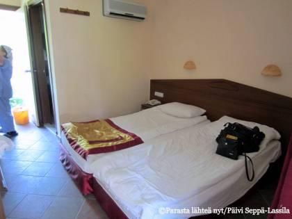 Turkin Sidessä sijaitsevan Tropic-hotellin huone.