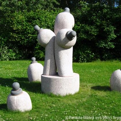 Kasvitieteellisessä puutarhassa on esillä Sakari Peltolan veistoksia. Tämä on nimeltään Lypsy.