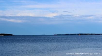 27. Toivonniemen rannasta avautuu väljä näkymä merelle ruotsinlaivojen reitille.