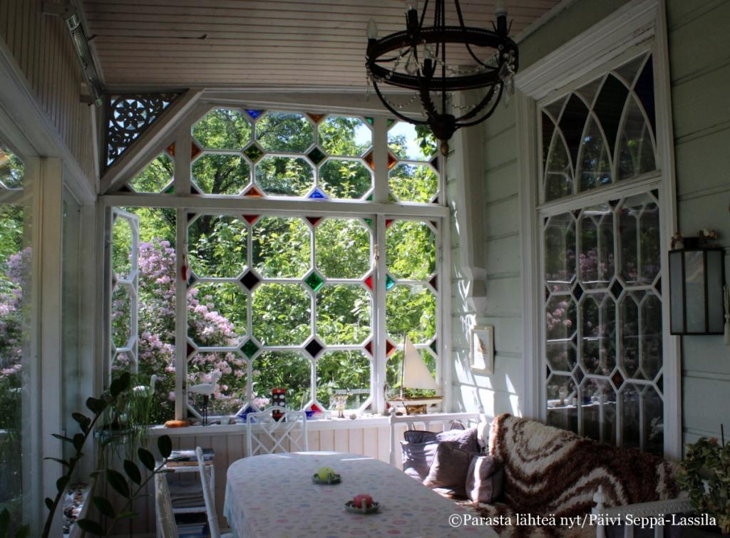 Tänä kesänä avautuneen Villa Kuuvan kahvilan lasiterassi on kaunis kuin koru.