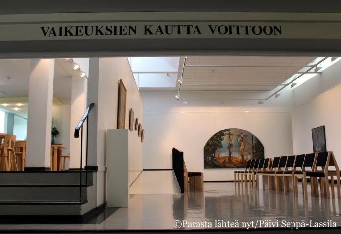 Näkymä museon pääsaliin, jossa on näytteillä Nelimarkan uskonnollisaiheisia maalauksia ja piirroksia.