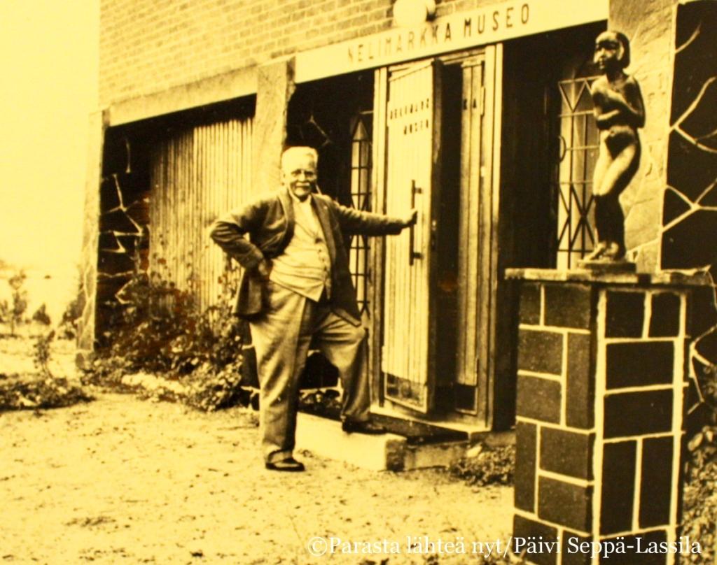 Eero Nelimarkka museonsa ovella. Oikealla olevan pronssipatsaan mallina on ollut Tove Jansson, kuvanveistäjä Viktor janssonin tytär.