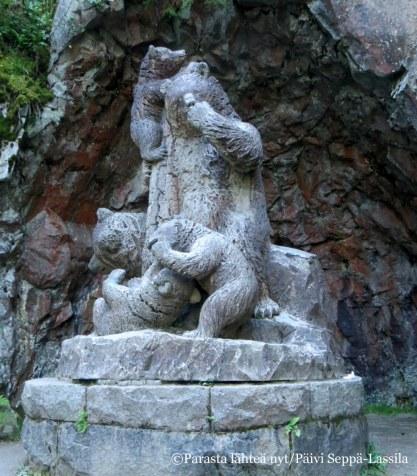 Karhunluolassa on Robert Stigellin karhuperhettä kuvaava veistos Karhut.