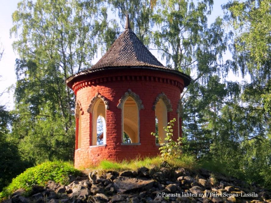 Aulangon puistometsässä sijaitseva Onnen temppeli on innoittanut Eino Leinoa kirjoittamaan runonsa Kell onni on, se onnen kätkeköön.
