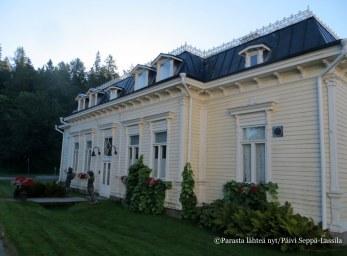 Ns. kavaljeeriflyygeli, Hugo Standertskjöldin vierastalo. Nykyisin rakennus toimii Kavaljeeri-nimisenä kokous- ja juhlapaikkana.
