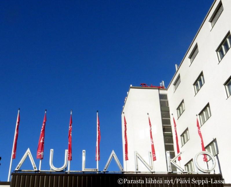 31. Nykyinen hotellirakennus edustaa suomalaista funktionalismia. Vuonna 1938 valmistuneen rakennuksen suunnittelivat Märta Blomstedt ja Matti Lampén.
