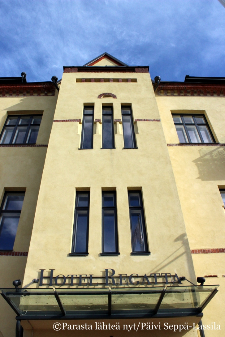 Hotel Regatan linjoja sisäänkäynnin yläpuolella.