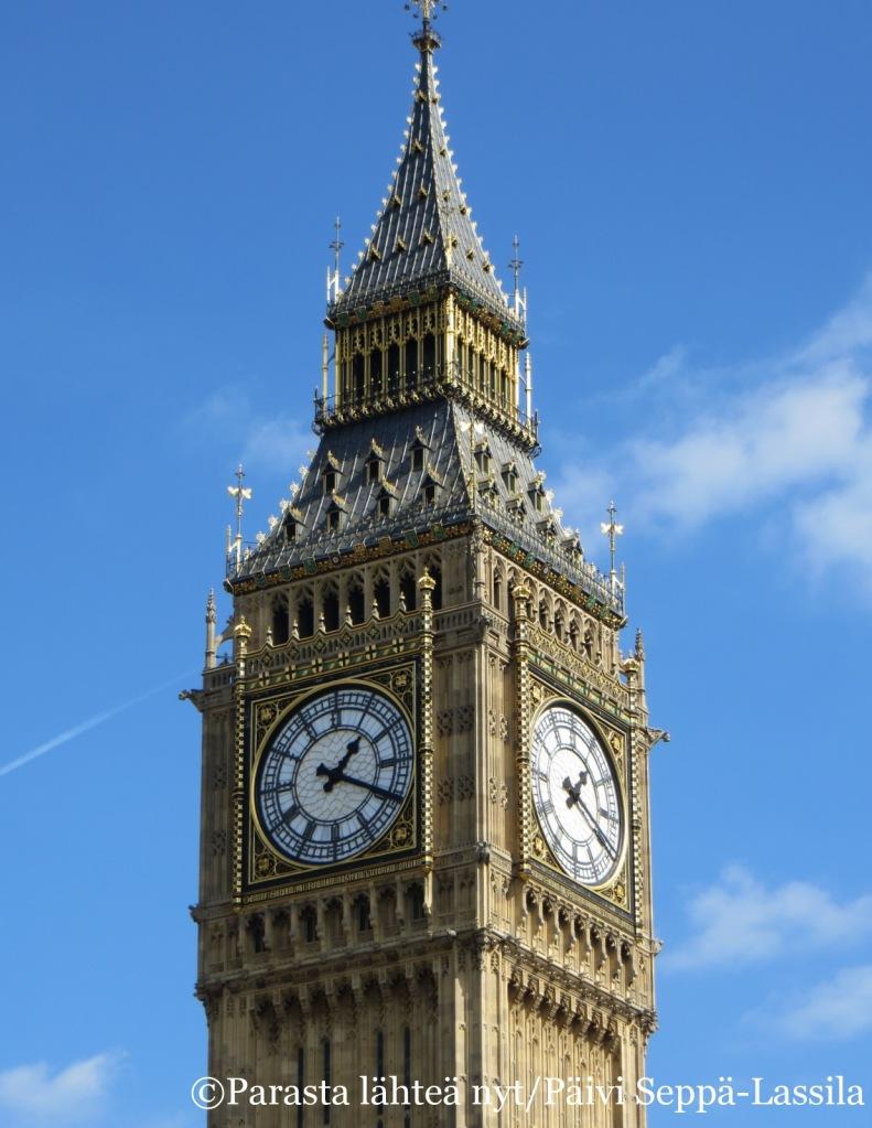 Elisabetin tornissa sijaitseva Big Ben, Lontoon parlamenttitalon kello, joka lyö tasatunnein.