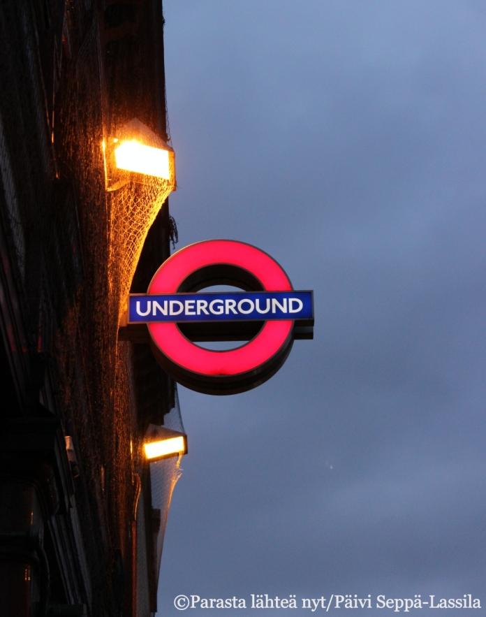 Underground-tunnus kadulla auttaa havaitsemaan metroaseman.
