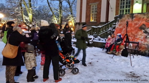 Lapset pääsivät Joulupukin kanssa valokuvaan.