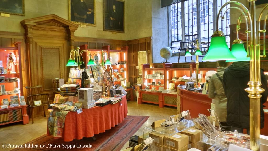 Bodleian-kirjaston myymälä oli viihtyisä. Taisin siitä huolimatta päästä sieltä ulos ilman ostoksia.