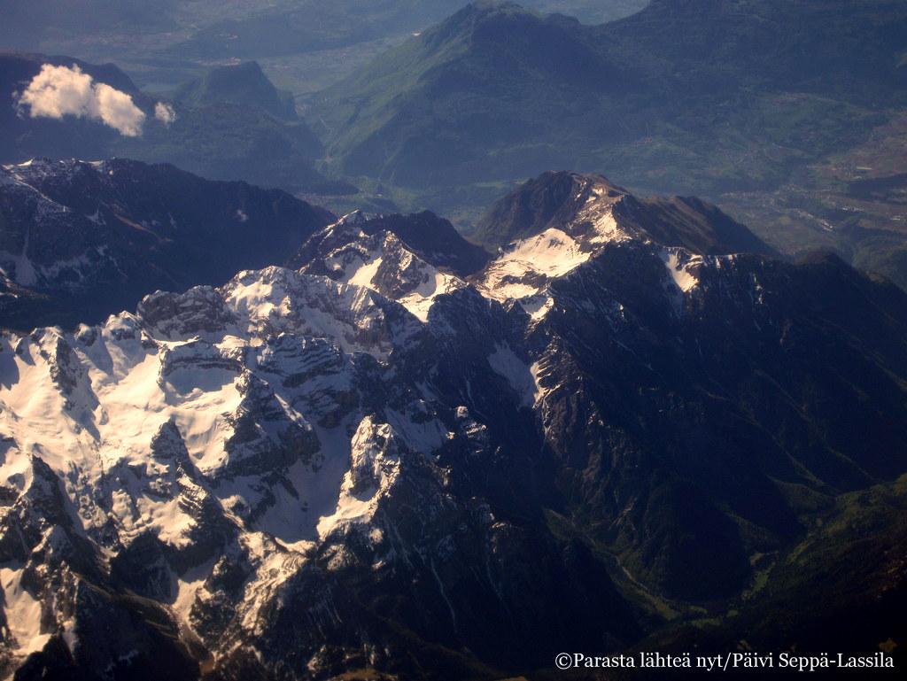 Maisemaa Italian Alpeilta lentokoneen ikkunasta kuvattuna.