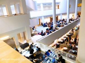 Kirjaston kahvilat ja ravintola tarjoavat mukavan virkistyskeitaan tiedon tai suurkaupungin uuvuttamille.