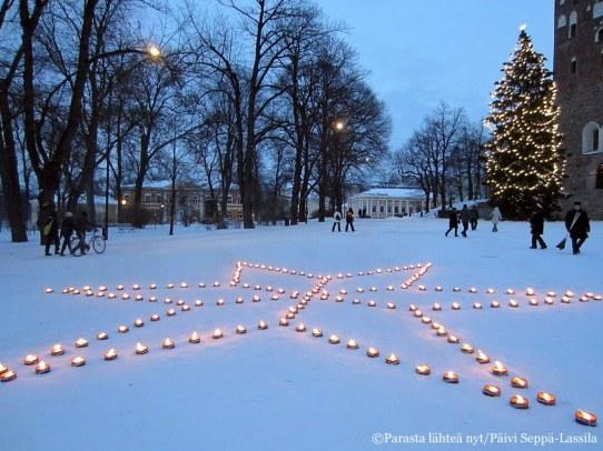 46. Turun tuomiokirkon edustalle oli tehty tähtikuvio kynttilöistä Maailman aids-päivänä 1.12.2012.