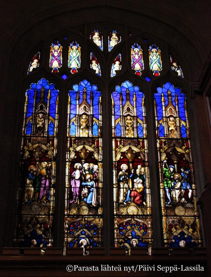 Kirkossa oli useita isokokoisia lasimaalauksia.