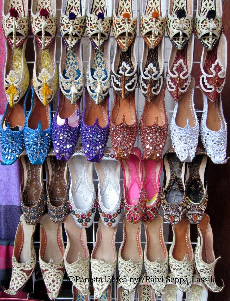 Basaarin kenkävalikoimaa Dubaissa.