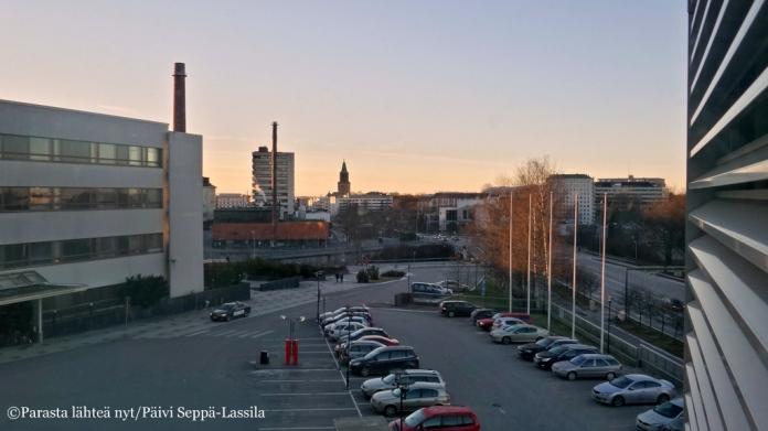 Näkymä T-sairaalan edustalle neljännessä kerroksessa sijaitsevan traumapoliklinikan potilashuoneesta.