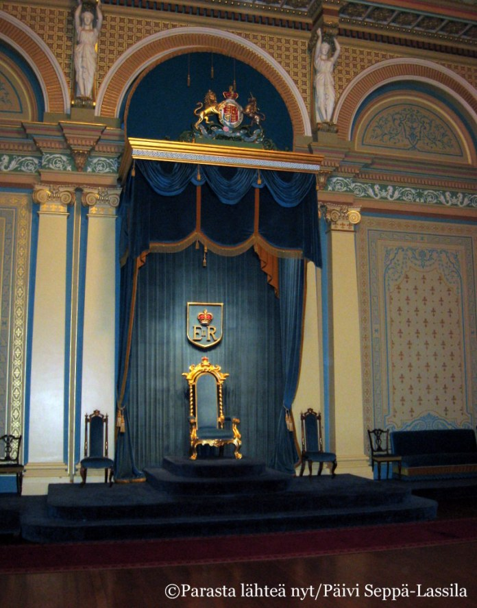 Kuvernöörin palatsin valtaistuin.