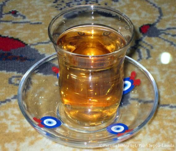 Mattokauppias tarjosi teetä.