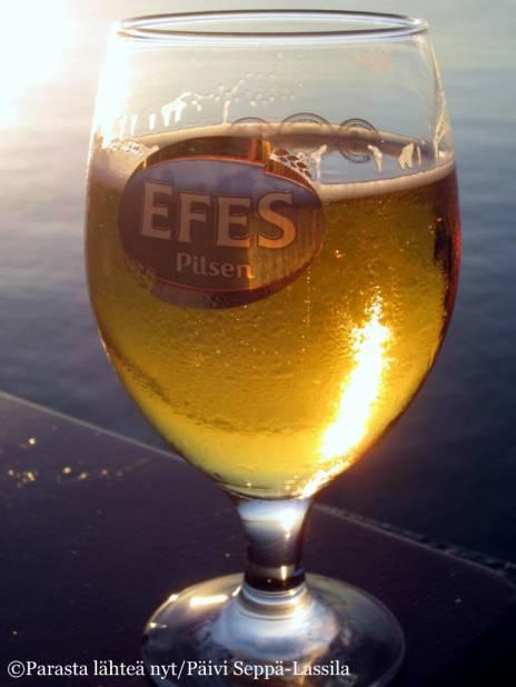 Kylmä olut maistui kuuman päivän päätteeksi. Efes on turkkilaista tuotantoa.