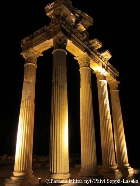 Temppelin raunioita iltavalaistuksessa.