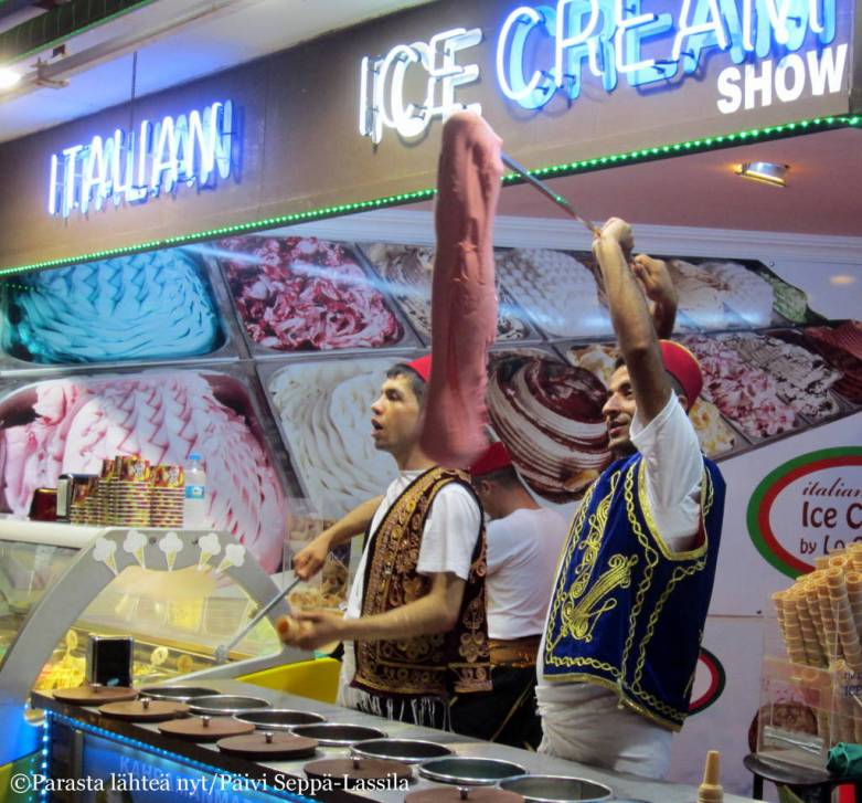 Jäätelönmyyjät pitivät performanssia houkutellakseen asiakkaita.