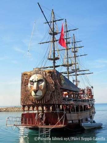 Retki Sidesta Manavgatiin tehtiin laivalla, joka tuo mieleen merirosvot.