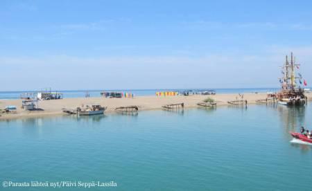 Laiva poikkesi hiekkasärkälle, jonka toisella puolella on Välinmeri ja toisella Manavgat-joki.