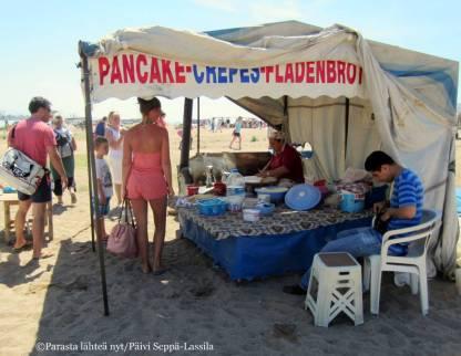 Särkällä turistreja odottivat ruokaa ja juomaa tarjoavat myyntikojut.