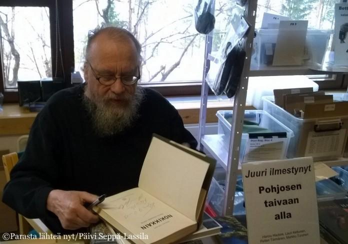 Hannu Hautala on Talvi- ja Syyspäivien vakiokävijä. Ostin häneltä kirjan ja sain nimikirjoituksen. (Kuva vuodelta 2014.)