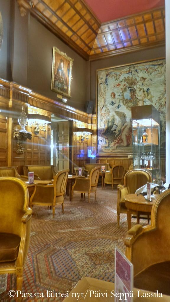 Le Relais-baarin sisustus huokuu arvokkuutta. Isokokoinen gobeliini on 1600-luvulta.