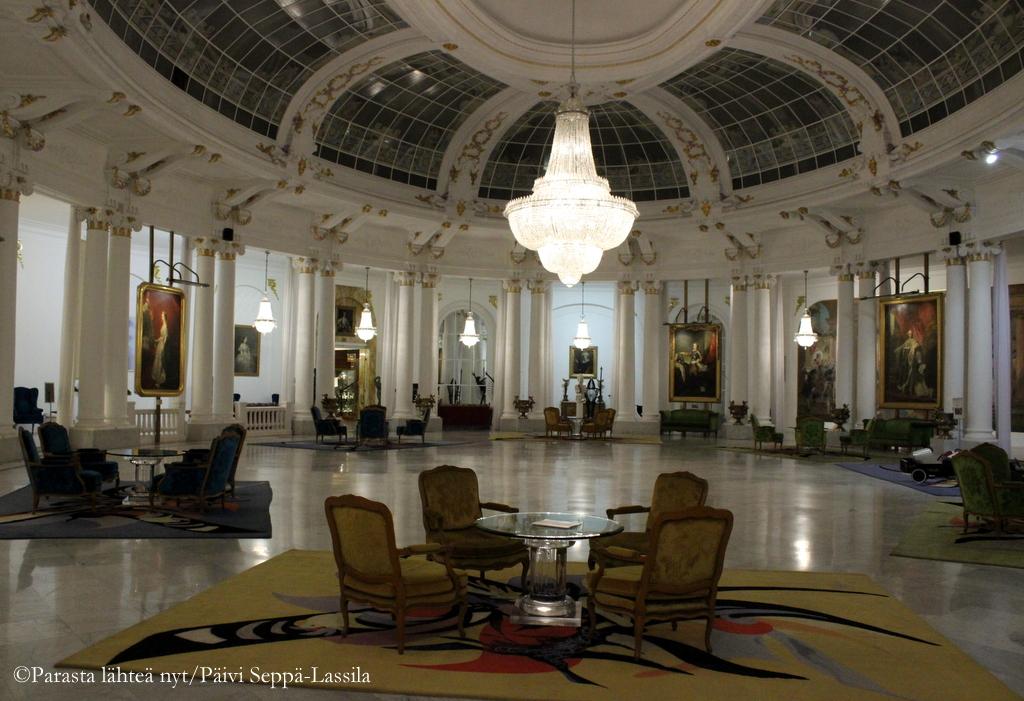 Kristallikruunuja, taidetta, pehmeitä mattoja ja antiikkihuonekaluja Hotelli Negrescossa.