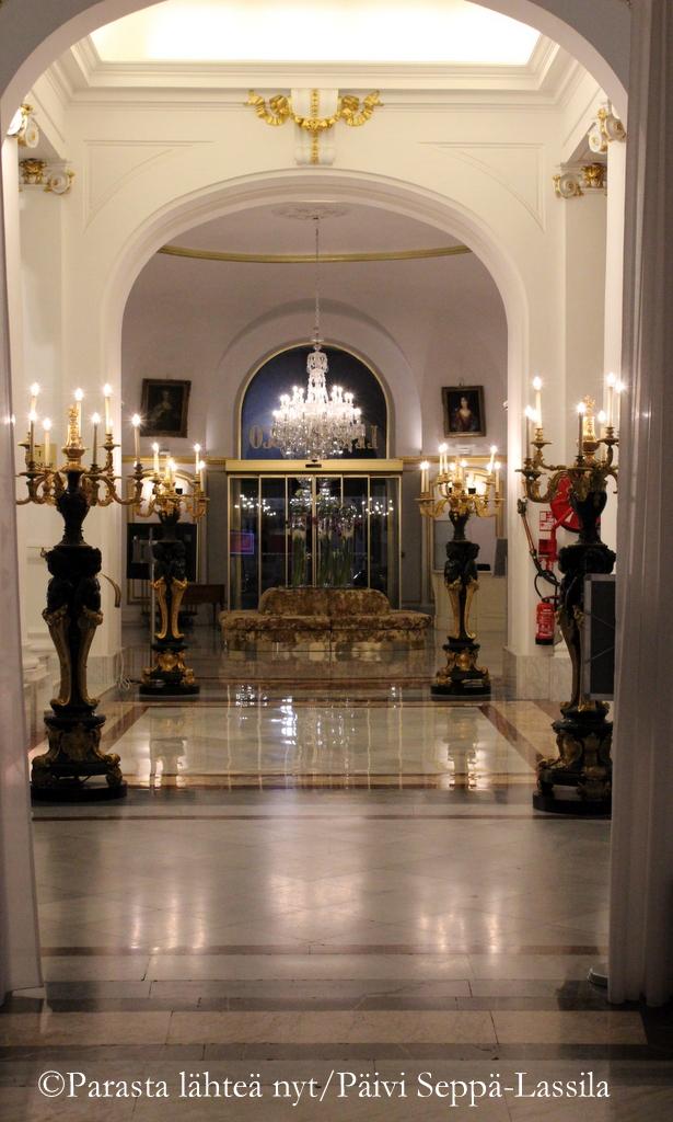Kyntteliköt johdattavat Hotelli Negrescon pääovelle. Au revoir!