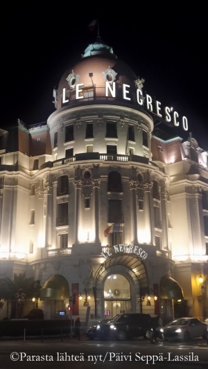 Hôtel Le Negrescon sisäänkäynti iltavalaistuksessa.
