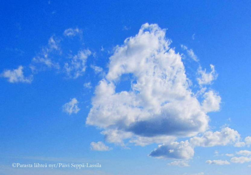 55. Sinistä ja valkoista taivaalla.