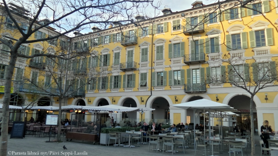 Ravintolan terassi Garibaldi-aukiolla Nizzassa.