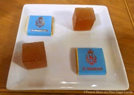 Cocktailin mukana tullut makeislautanen Hotel Negrescon pianobaarissa: suklaata ja marmeladia.