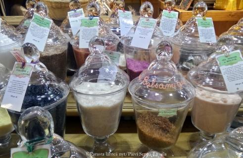 Mausteita kaupan Nizzan vanhassa kauoungissa.