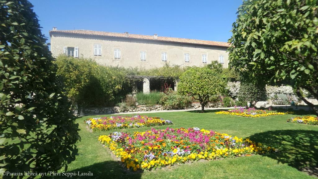 Luostarin puutarhassa on aljon ruusuja ja kauniita kukkaistutuksia.