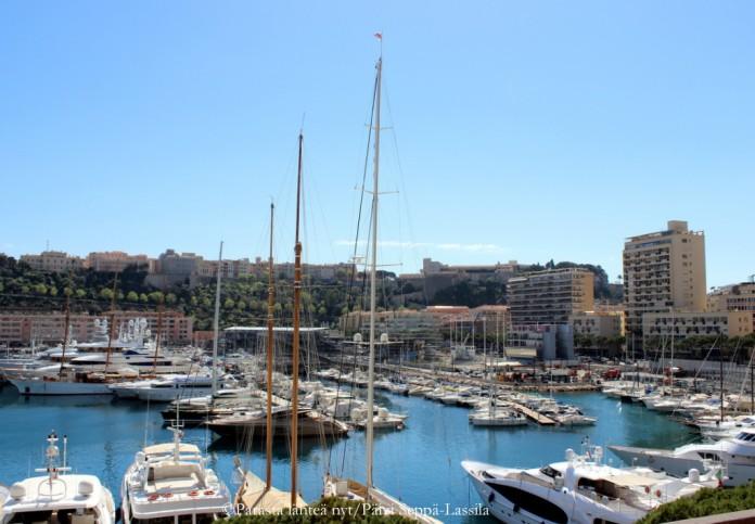 Monacossa näkee kalliiden autojen lisäksi myös upeita veneitä.