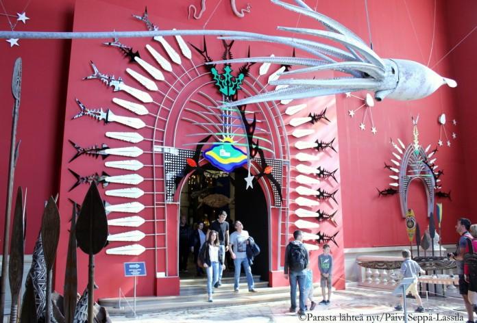 Museon yläkerrassa ritti myös nähtävää valaan luurangosta aboriginaalien taiteeseen.