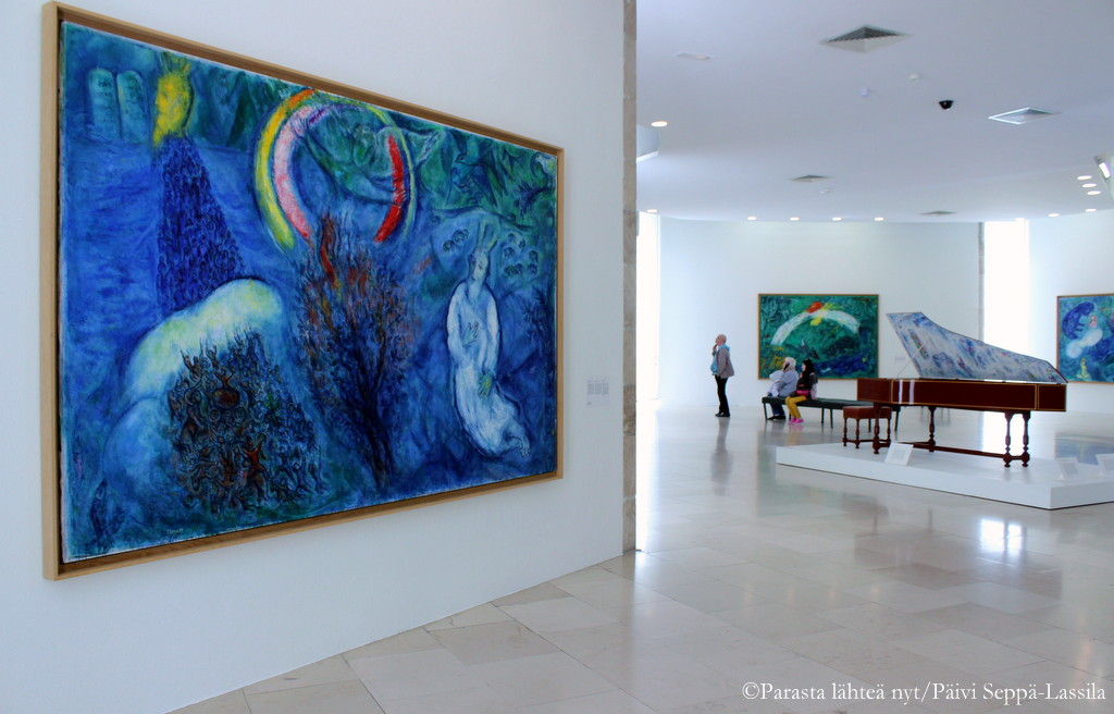 Monet Chagallin töistä ovat hyvin isokokoisia.