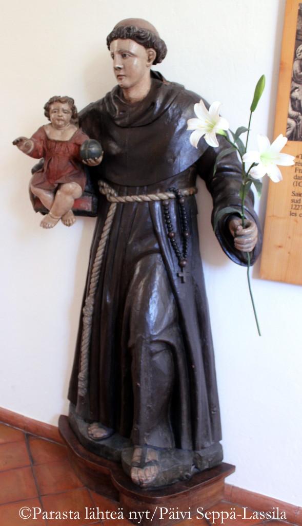 Fransiskaanimunkkia esittävä patsas.